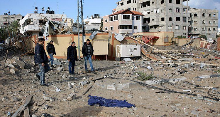 Palestinier tittar på skador efter en bomb