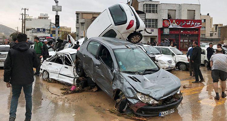 Bilar som förstörts i översvämningen.