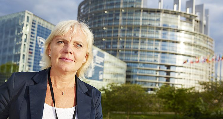 Kristina Winberg står utanför Europaparlamentet i Strasbourg