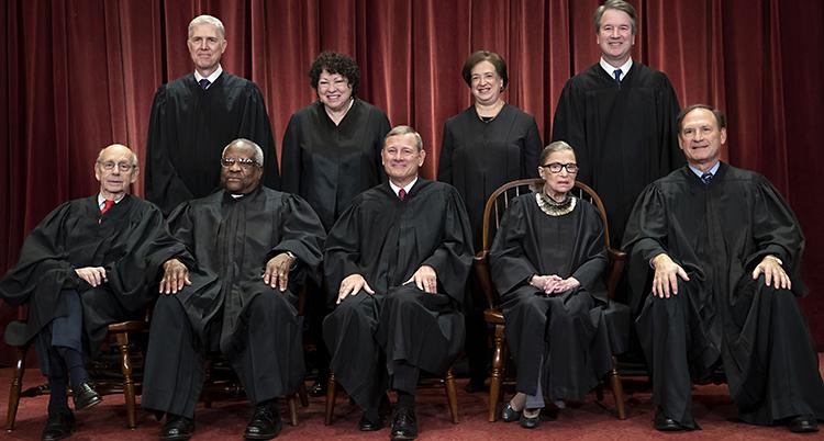 Alla domare i USAs högsta domstol uppställda. De är klädda i svart.