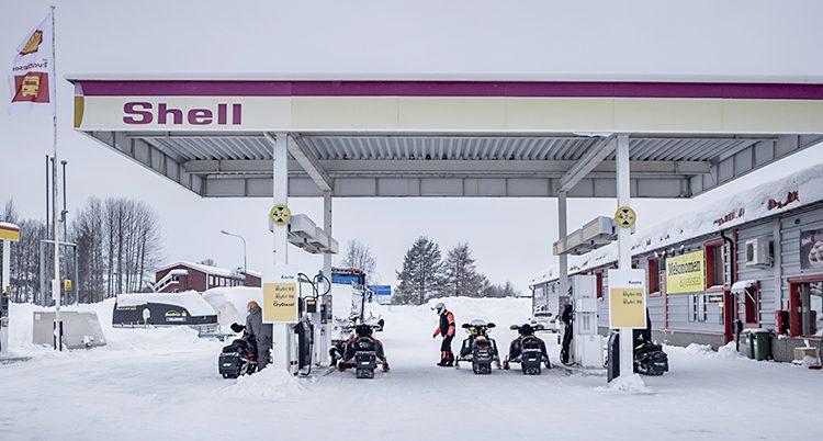 Snöskotrar på en bensinmack.