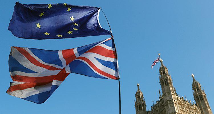 EU-flaggan och den brittiska flaggan.
