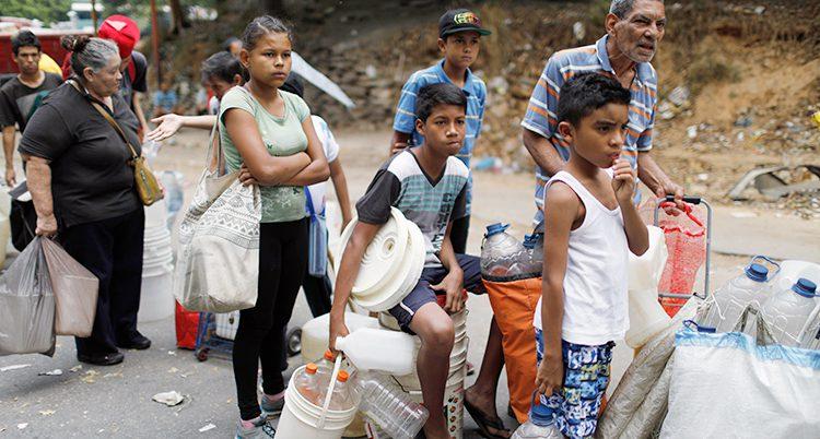 Folk står i kö för att få vatten.