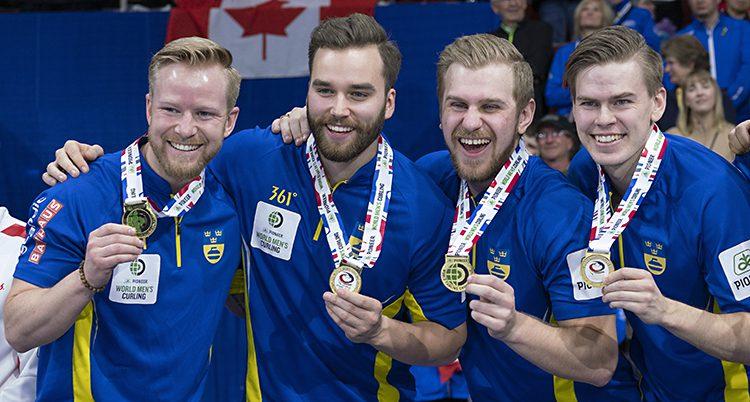 De fyra herrarna i laget med sina medaljer.