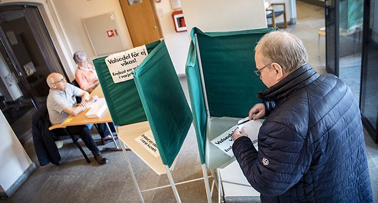 En man röstar.