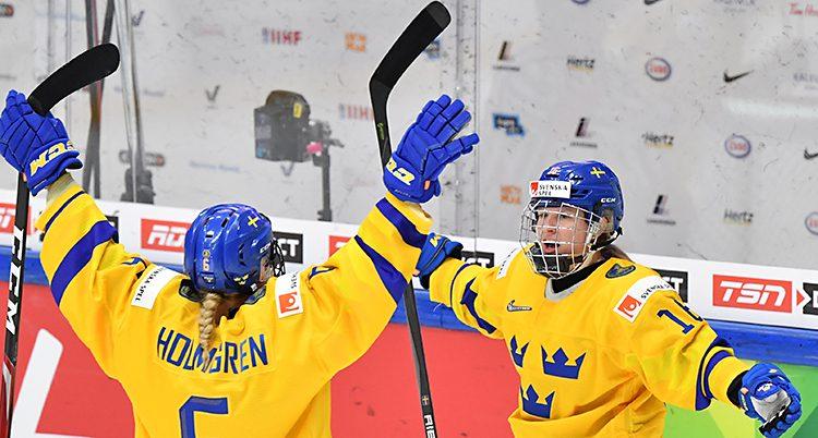 Två av spelarna sträcker ut armarna mot varandra efter ett mål.
