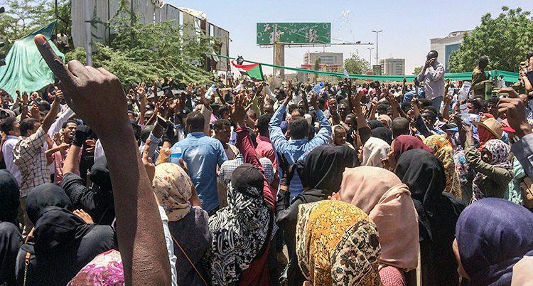 Folk protesterar i landet Sudan.