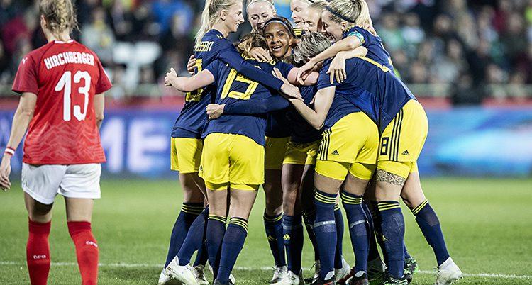 Sveriges spelare firar ett mål.