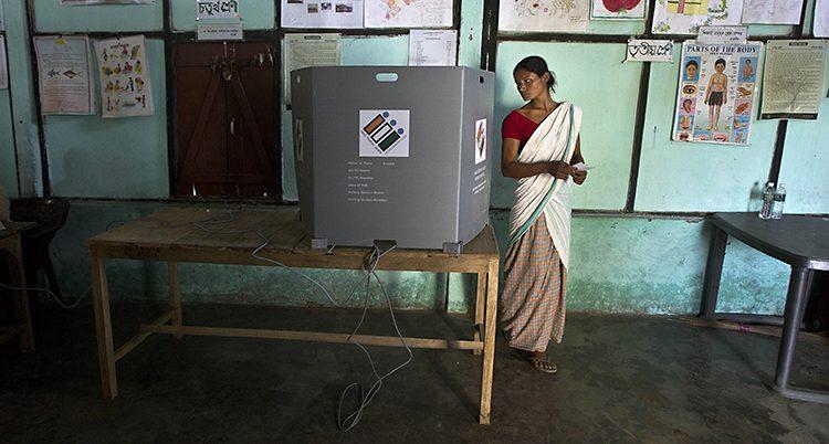 En kvinna röstar i valet.