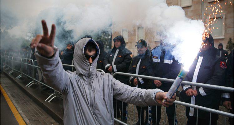 Fok protesterar i Albanien.