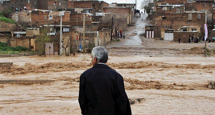 En man tittar på det forsande vattnet.