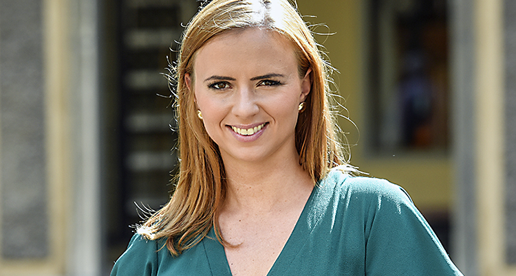 En ung kvinna med brunt hår.