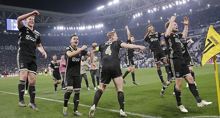 Ajax spelare firar segern