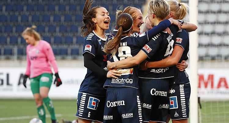 Linköpings spelare firar ett mål.
