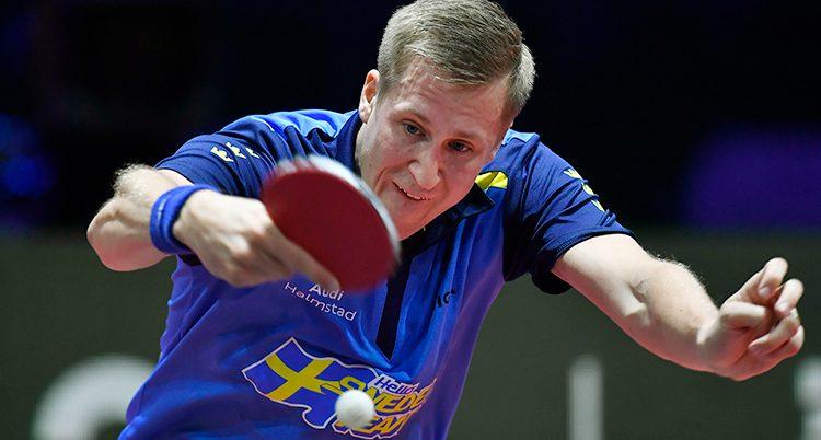Mattias Falck spelar bordtennis