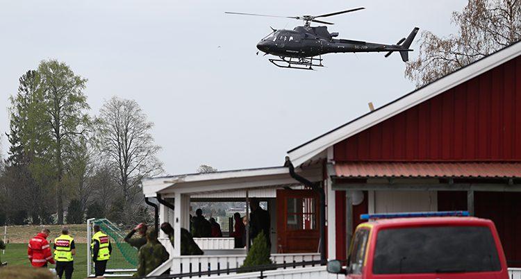 En helikopter flyger över ett hus