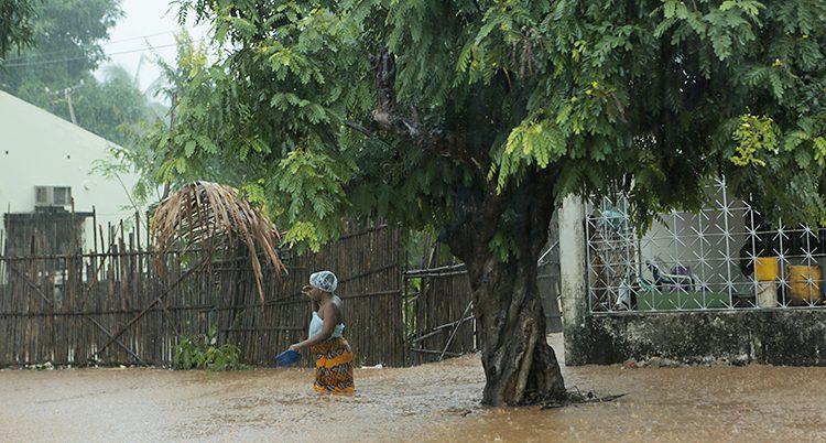 En kvinna går i vattnet.