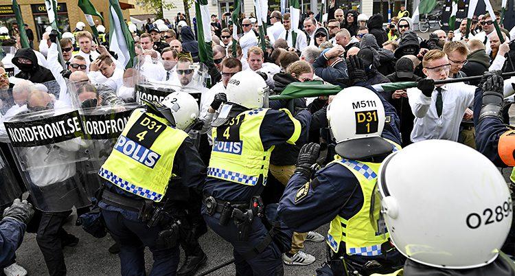 Poliser och nazister i bråk
