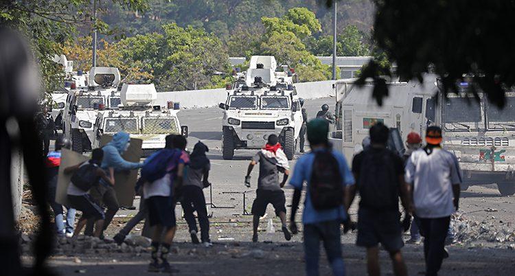 Demonstranter i bråk med poliser.