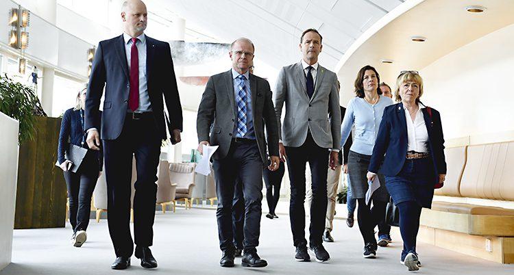 Politiker går i korridor i riksdagen