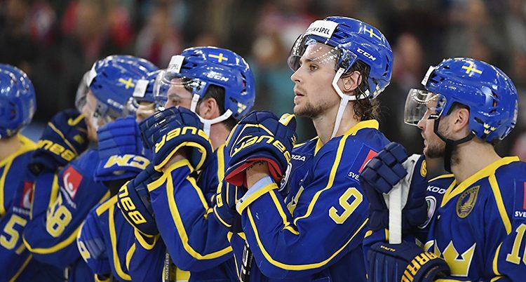 Spelarna i Sveriges lag Tre kronor står på rad
