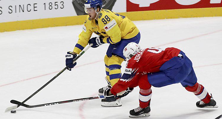 Två spelare på ishockeyplanen.