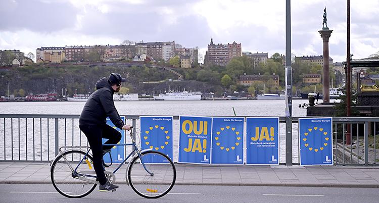 En person cyklar förbi valaffischer