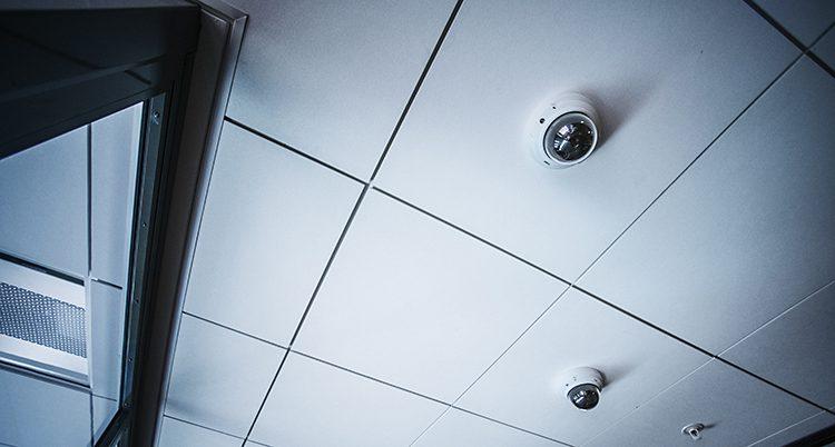 Ett tak med två runda kameror