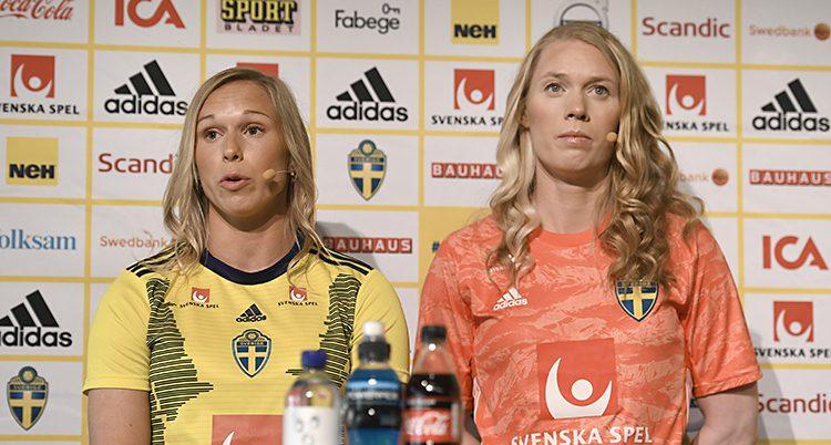 Fotbollsspelarna Jonna Andersson och Hedvig Lindahl pratar med journalister.