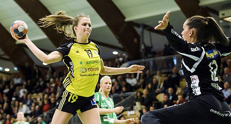 Handbollsspelaren Olivia Mellegård hoppar och skjuter ett skott i en match.