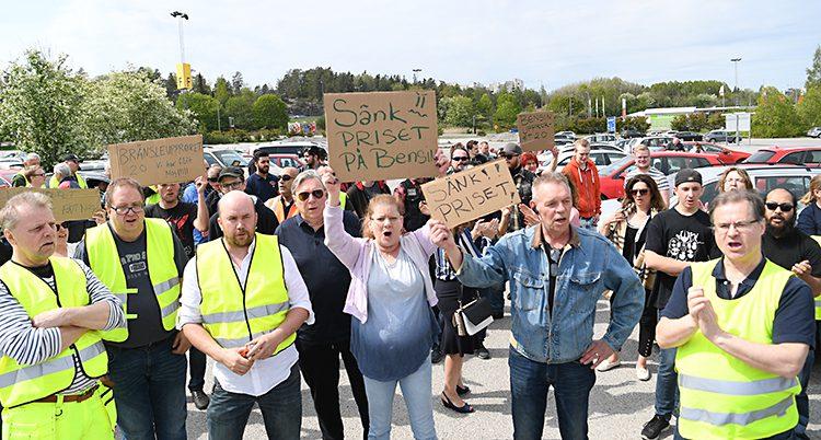 Människor står med plakat.