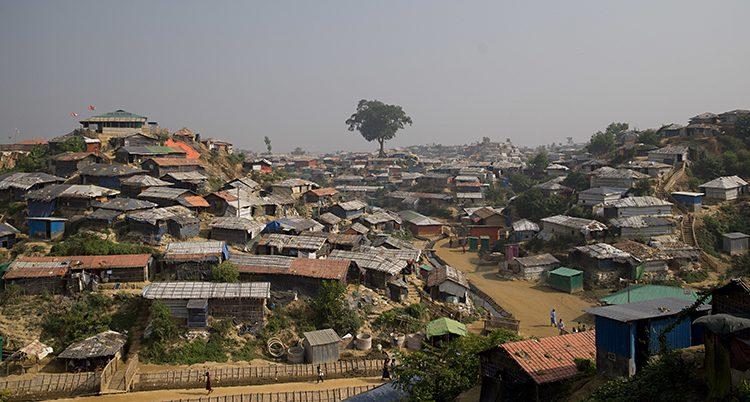 En bild ovanifrån på lägret. Massor av hustak i dåliga material syns.