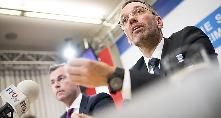 Närbild på två män från partiet FPÖ under en presskonferens.