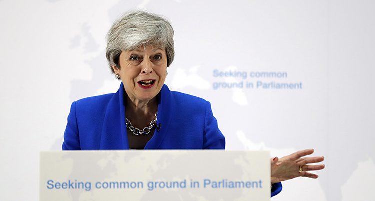 Theresa May håller ett tal.