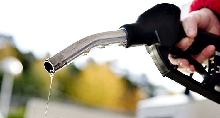 Bensin rinner från en bensinpump