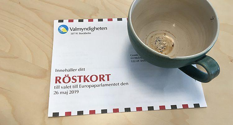 Ett röstkort och en kopp på ett bord