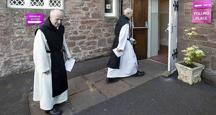 Två äldre män i vitt och svart går in i ett hus.