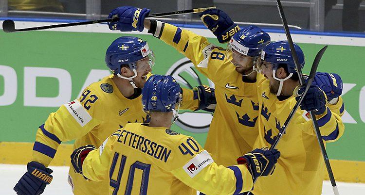 Sveriges lag i ishockey firar efter ett mål.