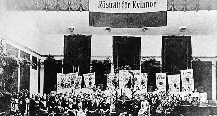 En svartvit bild på en stor grupp kvinnor som är uppställda. De är med i Landsföreningen för kvinnans politiska rösträtt.