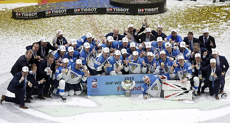 Hela Finlands lag jublar på isen.