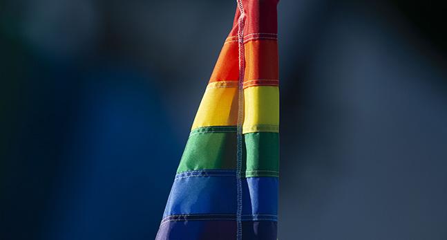 En regnbågsflagga som hänger nedåt.