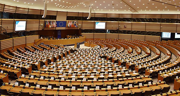 Stolarna i Europaparlamentet i Bryssel står i halvcirklar