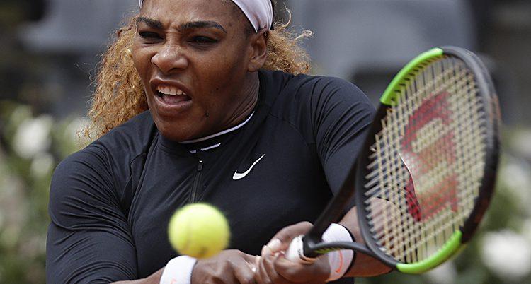 Williams gör en grimas när hon slår till bollen hårt.
