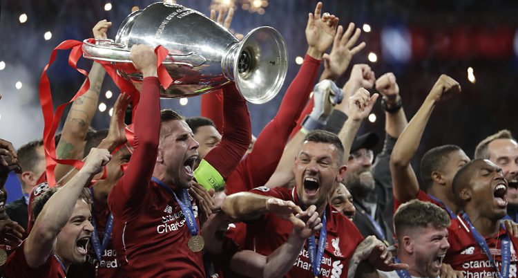 Liverpools spelare jublar och håller upp den stora pokalen.