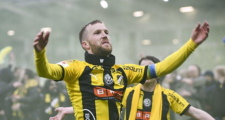 En spelare räcker armarna mot publiken