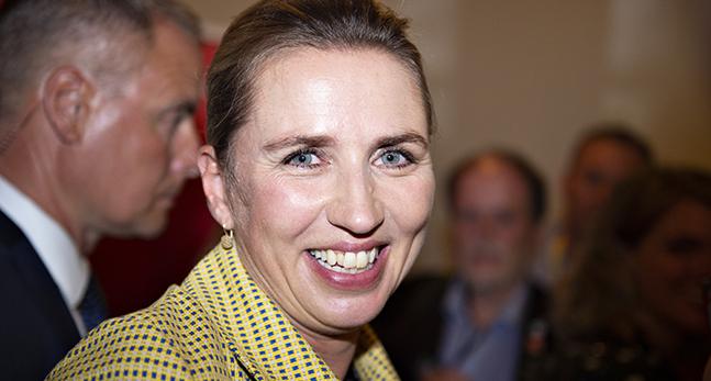 Den danska politikern Mette Fredriksen ler stort.