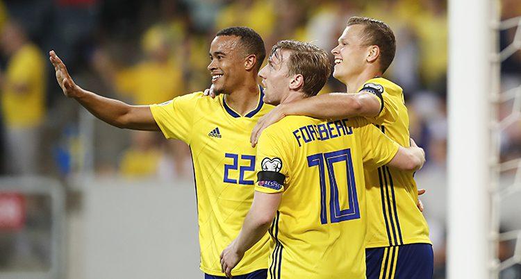 Tre spelare kramar om varandra