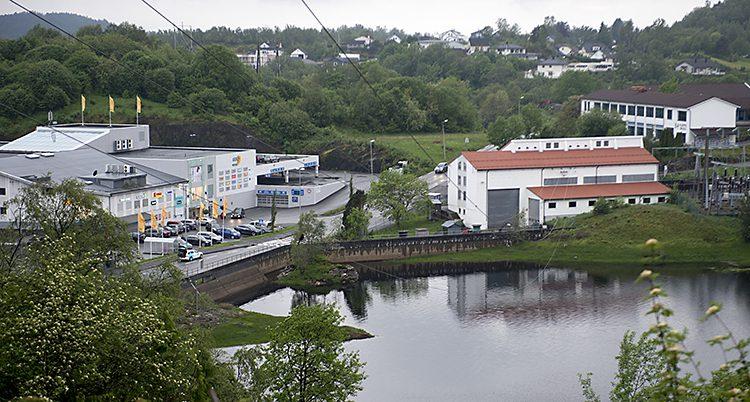 En flybild över några hus vid en sjö i staden.