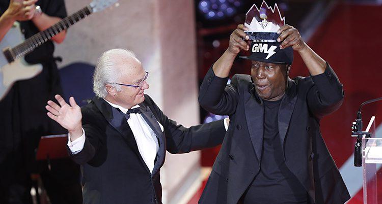 Kungen tittar på Grandmaster Flash som höjer sitt glaspris mot skyn.