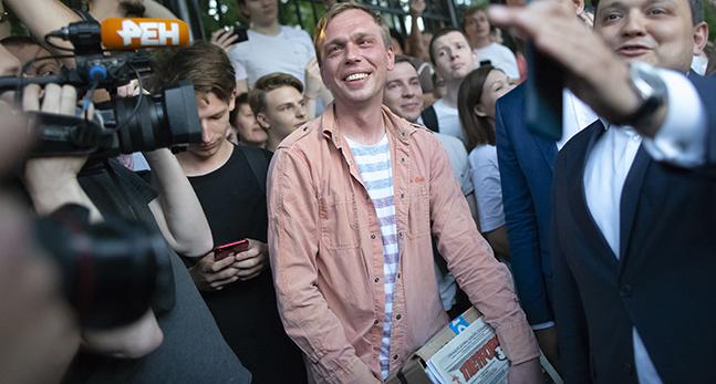 Golunov är omgiven av människor och ler